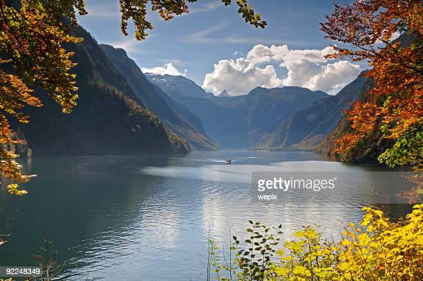 Idyllische Berg lake, umgeben von Blätter Herbst Farben