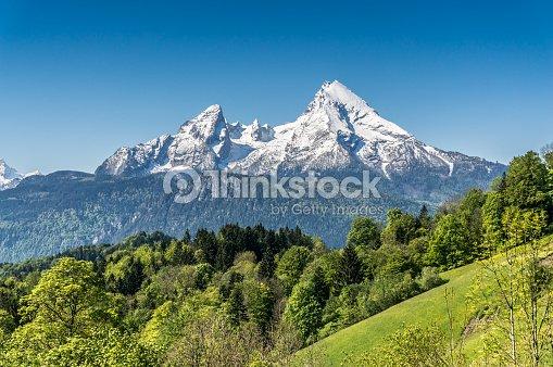 idyllische landschaft der berge in den bayerischen alpen deutschland stock foto thinkstock. Black Bedroom Furniture Sets. Home Design Ideas