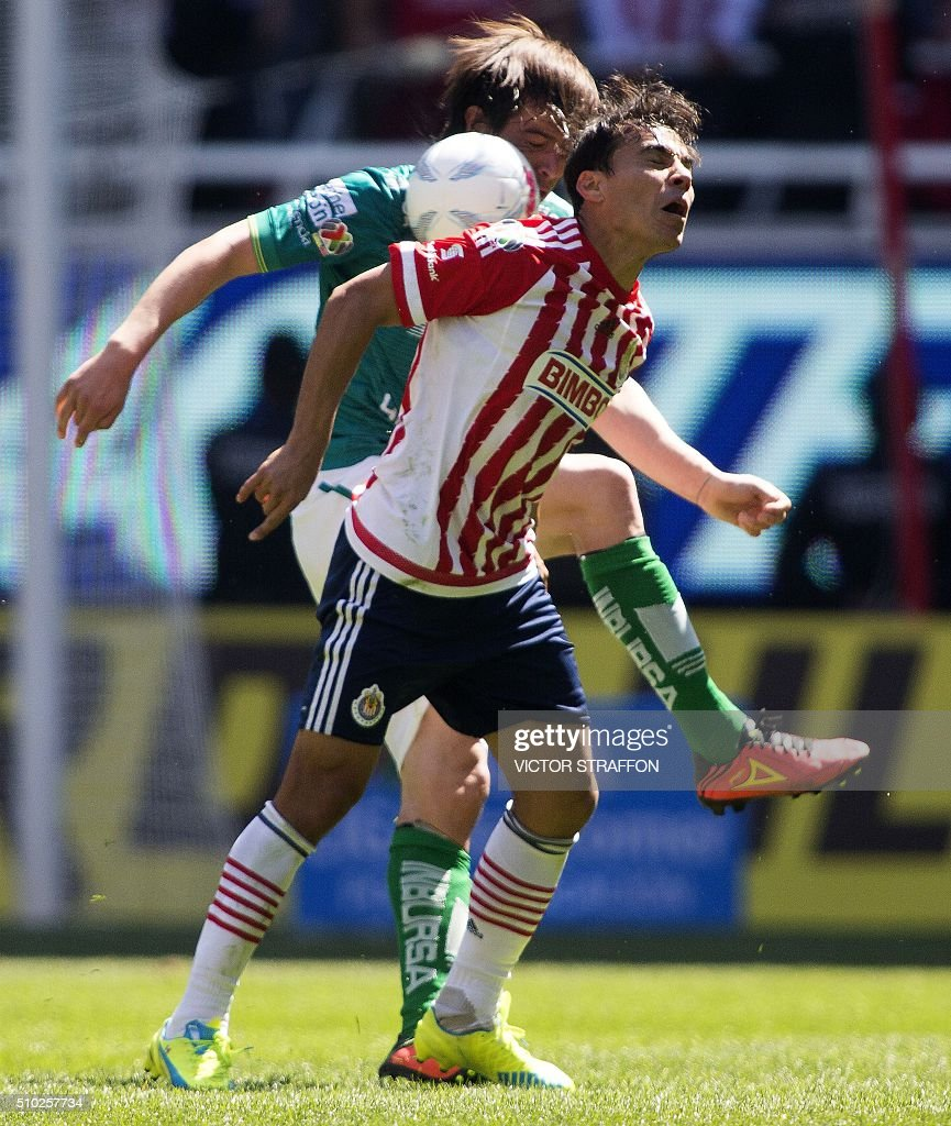 Ignacio Gonzalez of Leon (L) vies for the ball with Omar Bravo (R) of Guadalajara, during their Mexican Clausura tournament football match at the Omnilife stadium on February 14, 2016, in Guadalajara City. AFP PHOTO/VICTOR STRAFFON / AFP / VICTOR STRAFFON
