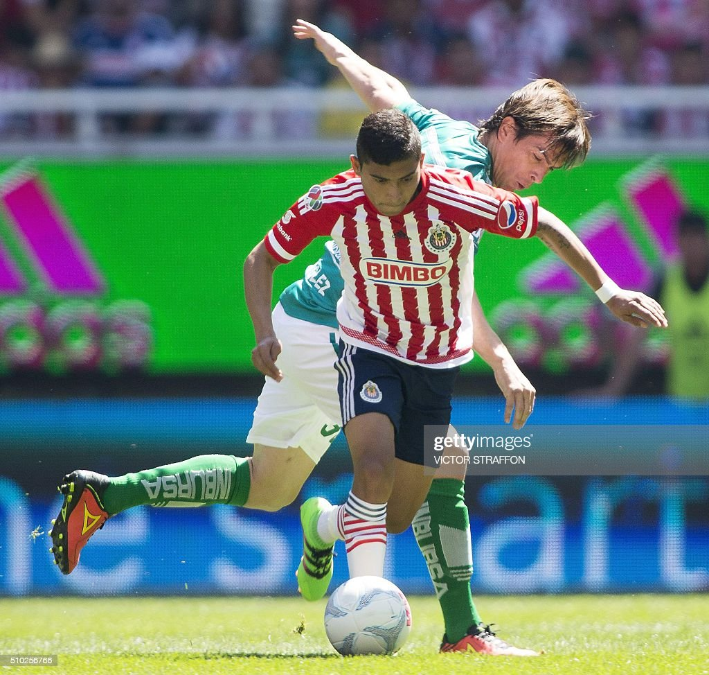 Ignacio Gonzalez of Leon (R) vies for the ball with Orbelin Pineda (L) of Guadalajara, during their Mexican Clausura tournament football match at the Omnilife stadium on February 14, 2016, in Guadalajara City. AFP PHOTO/VICTOR STRAFFON / AFP / VICTOR STRAFFON