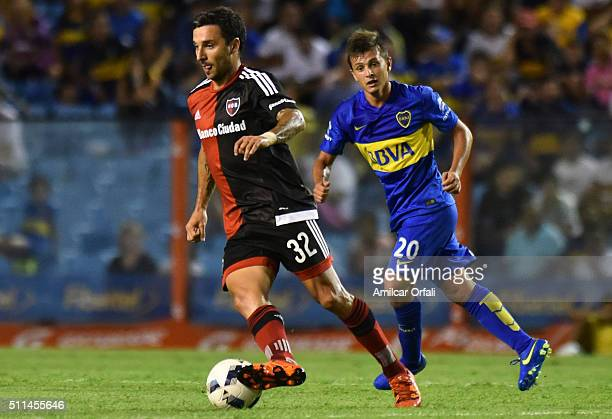 Ignacio Martin Scocco of Newell's drives the ball during the 4th round match between Boca Juniors and Newell's Old Boys as part of the Torneo...