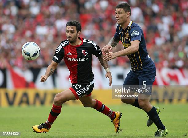 Ignacio Scocco of Newell's fights for the ball with Damian Musto of Central during a match between Newell's Old Boys and Rosario Central as part of...