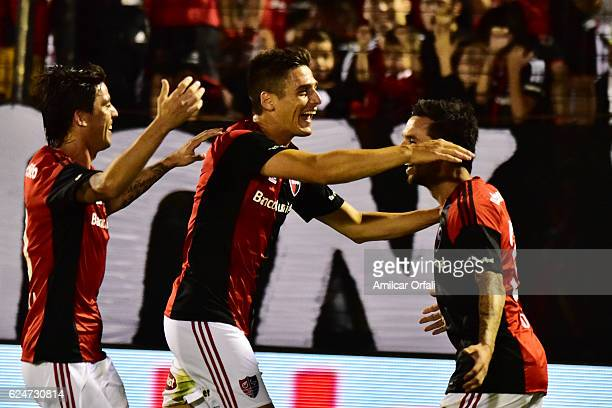 Ignacio Scocco of Newells Old Boys celebrates with teammates after scoring the first goal of his team during the match between Newell's Old Boys and...