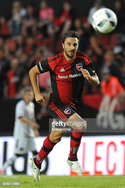 Ignacio Scocco of Newell´s Old Boys runs for the ball during a match between Colon and Newell's Old Boys as part of Torneo Primera Division 2016/17...