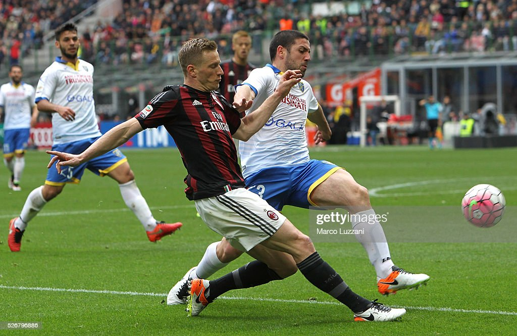<a gi-track='captionPersonalityLinkClicked' href=/galleries/search?phrase=Ignazio+Abate&family=editorial&specificpeople=4530178 ng-click='$event.stopPropagation()'>Ignazio Abate</a> of AC Milan is challenged by Roberto Crivello of Frosinone Calcio during the Serie A match between AC Milan and Frosinone Calcio at Stadio Giuseppe Meazza on May 1, 2016 in Milan, Italy.