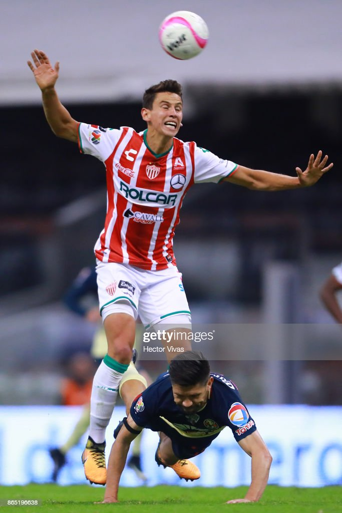 Igor Lichnovsky of Necaxa struggles for the ball with Oribe Peralta of America during the 14th round match between America and Necaxa as part of the Torneo Apertura 2017 Liga MX at Azteca Stadium on October 21, 2017 in Mexico City, Mexico.