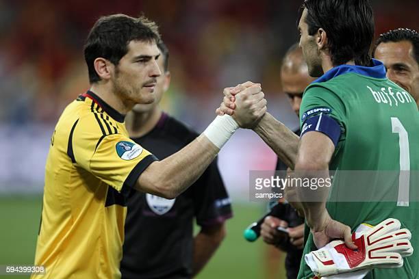 Iker Casillas mit Gianluigi Buffon Italien Italy Finale Finale Spanien Italien Spain Italy 40 Fussball EM UEFA Euro Europameisterschaft 2012 Polen...
