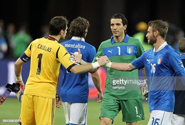 Iker Casillas mit Gianluigi Buffon Italien Italy und Daniele de Rossi Italy Italien Finale Finale Spanien Italien Spain Italy 40 Fussball EM UEFA...