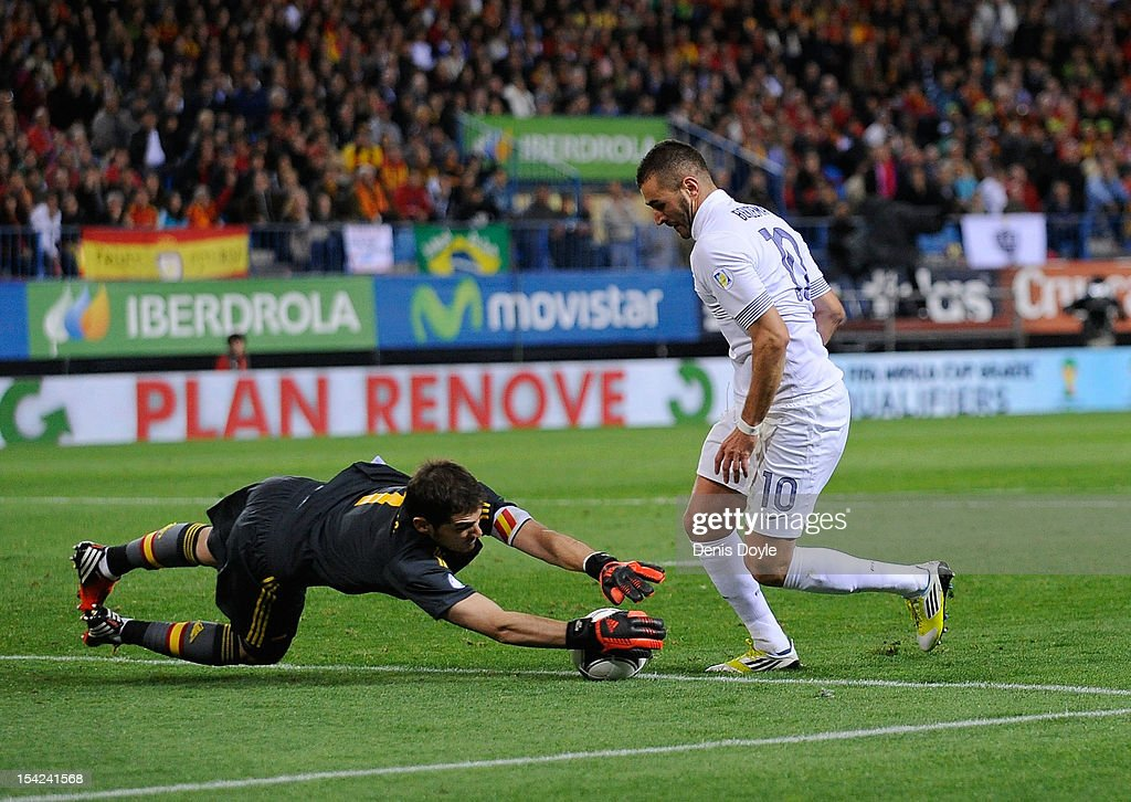 <a gi-track='captionPersonalityLinkClicked' href=/galleries/search?phrase=Iker+Casillas&family=editorial&specificpeople=215446 ng-click='$event.stopPropagation()'>Iker Casillas</a> (L) of Spain takes the ball from <a gi-track='captionPersonalityLinkClicked' href=/galleries/search?phrase=Karim+Benzema&family=editorial&specificpeople=796089 ng-click='$event.stopPropagation()'>Karim Benzema</a> of France during the FIFA 2014 World Cup Qualifier between Spain and France at estadio Vicente Calderon on October 16, 2012 in Madrid, Spain.