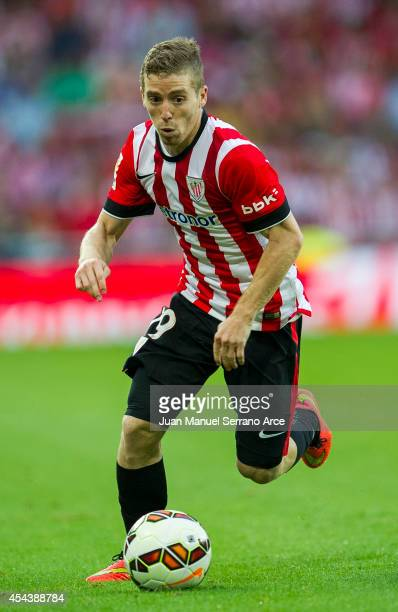 Iker Muniain of Athletic Club Bilbao controls the ball during the La Liga match between Athletic Club and Levante UD at San Mames Stadium on August...