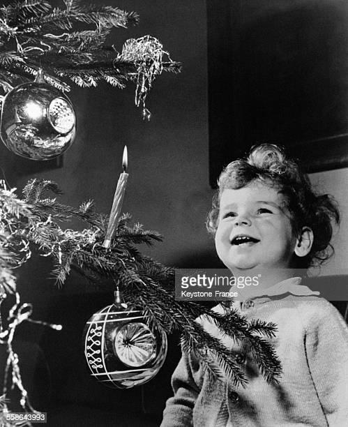 Il n'y a qu'a regarder la frimousse extasiee et joyeuse de ce bambin contemplant l'arbre de Noel pour saisir l'atmosphere de bonheur familial qui se...