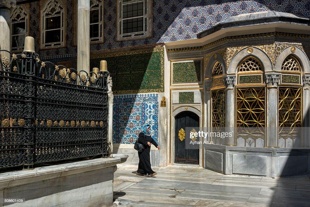 ile covered tomb of Eyup Ensari in Istanbul : Foto de stock