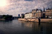 Ile Saint Louis un matin de Mai avec au loin la tour Montparnasse