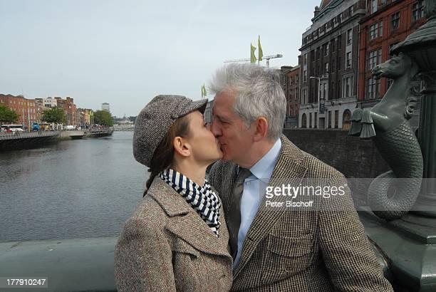 Ilja Richter Verlobte Irina Wrona Landausflug bei K R E U Z F A H R T MS 'E U R O P A' Brücke über 'Liffey River' Dublin Irland Europa Urlaub Kuss...