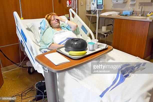 Mujer enferma hospital el paciente se sirve una comida
