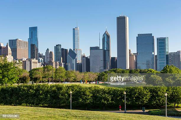 USA, Illinois, Chicago, Millennium Park and skyline