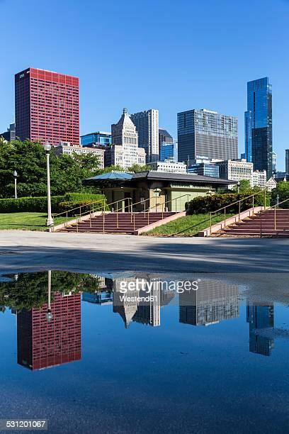 USA, Illinois, Chicago, Millennium Park and skyline