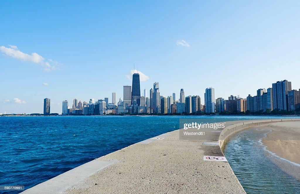 USA, Illinois, Chicago, North Avenue Beach, Lake Michigan, Skyline