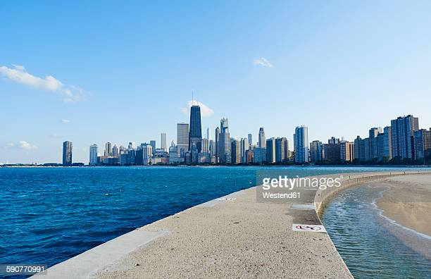 USA, Illinois, Chicago, North Avenue Beach, Lake Michigan, Skyline