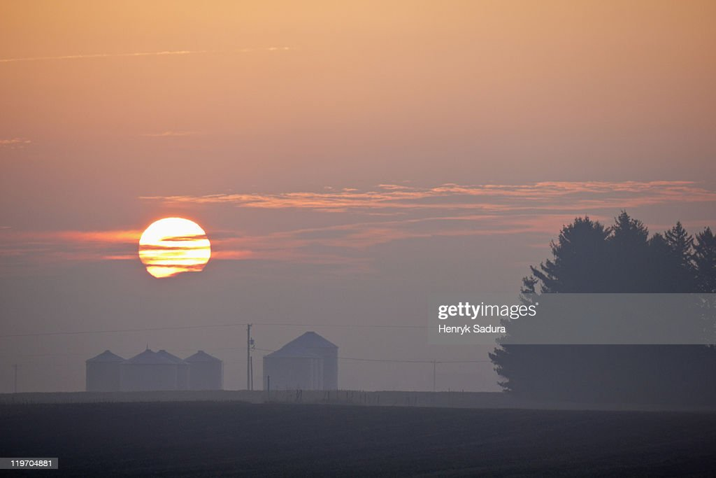 USA, Illinois, Springfield, Farm at sunrise
