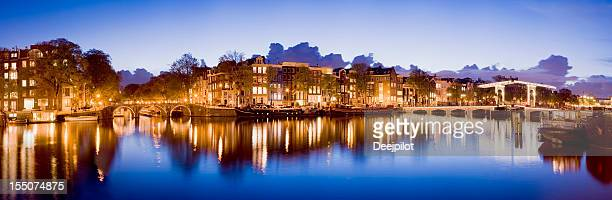 Ponts illuminés canaux d'Amsterdam au soir-Bas