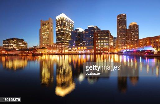 照明夕暮れ時のボストンの街並み