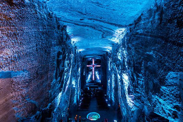 コロンビア、照明付きのクロスの塩の大聖堂の内部
