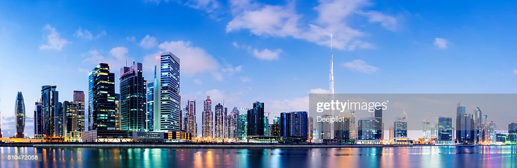 Iluminado de Dubai horizonte de la ciudad al anochecer, Emiratos Árabes Unidos. : Foto de stock