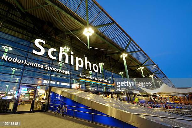 L'entrée de l'aéroport d'Amsterdam-Schiphol en soirée