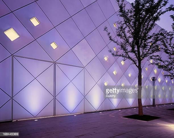 Iluminado edificio futurista al atardecer en Shanghai, China.