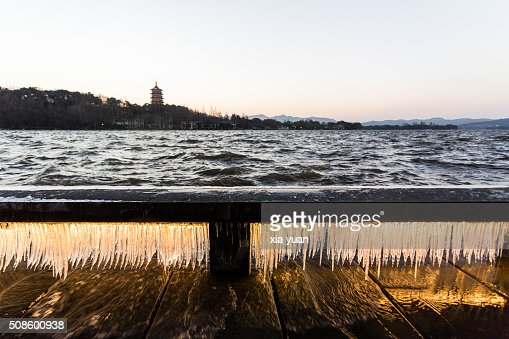 Illuminated icicles on bridge against the Leifeng Pagoda by the West Lake,Hangzhou,Zhejiang,China : Foto de stock