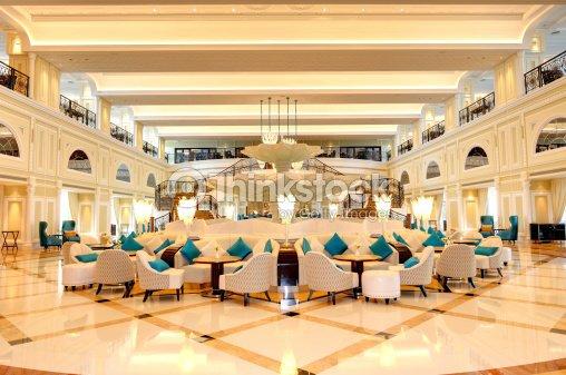Hotel Di Lusso Interni : Interno della hall dellhotel di lusso a notte illuminazione foto
