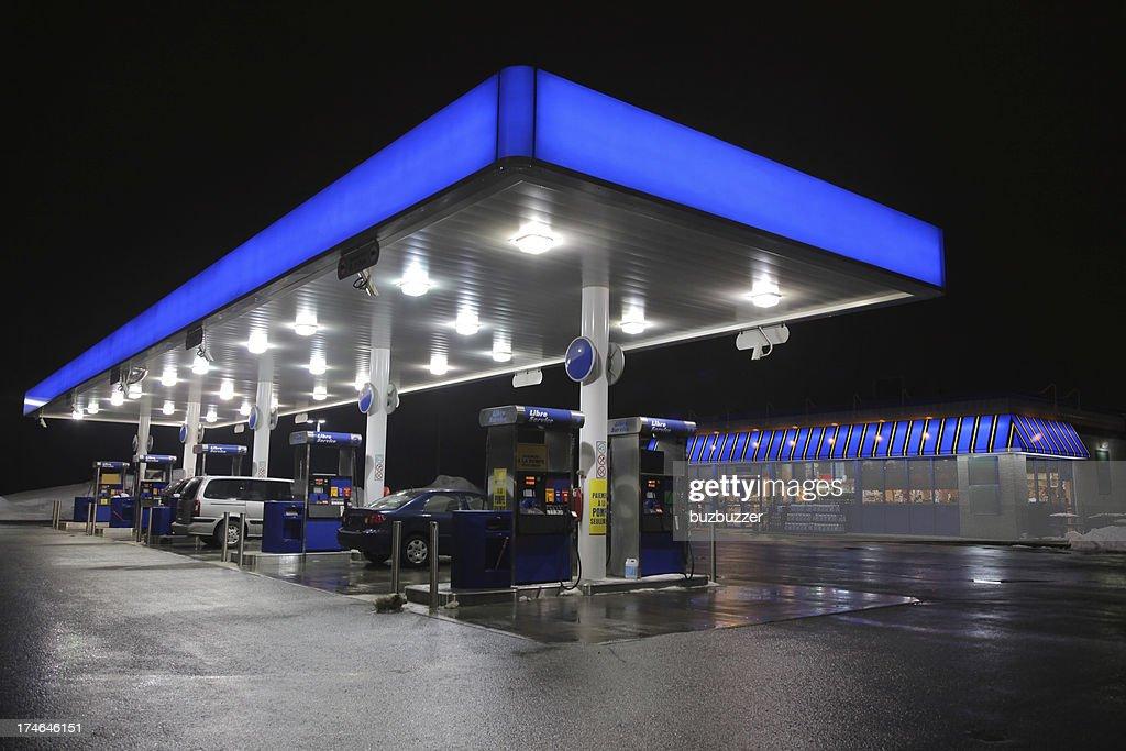 Beleuchtet modernen Service-Station bei Nacht : Stock-Foto