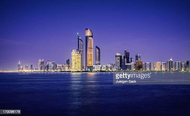 Iluminado à noite do horizonte de Abu Dhabi