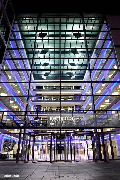 照明付きのオフィスビルアトリウムの夜