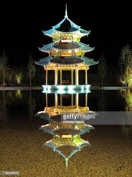 Illuminato pagoda, pavilion, gazebo di notte