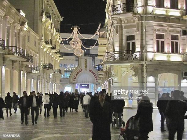 Beleuchtete street in Baku, Aserbaidschan