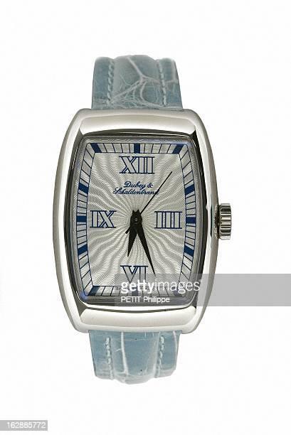 Illustration 'Heures D'Ete' Watches Sophistiquée montre Aerodyn Lady de Dubey Schaldenbrand au boîtier acier de forme 'tonneau' cadran guilloché...
