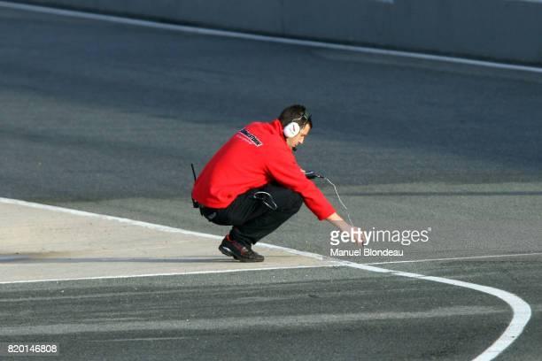 Illustration Pneu / un ingenieur de BRIDGESTONE prends la temperature de la piste Essai F1 Essai de pre saison Circuit de Jerez