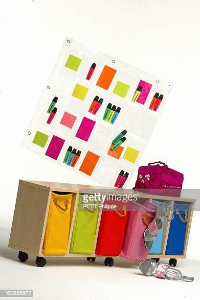Illustration 'Rangez Dans La Gaiete' Rangement cases couleurs meubles à tiroirs multicolores sac à lingerie en soie fuchsia rideau range Cd stabylo...