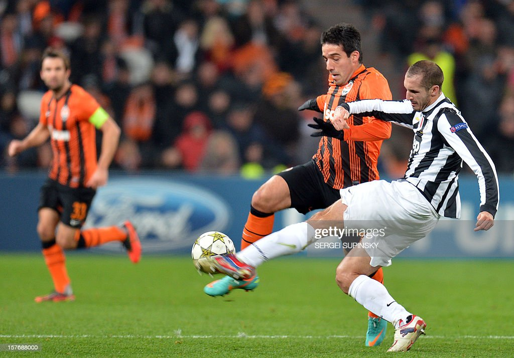 Ilsinho (C) of FC Shakhtar Donetsk fights for the ball with Giorgio Chiellini (R) of Juventus during their UEFA Champions League football match in Donetsk on December 5, 2012. Juventus won 1-0.