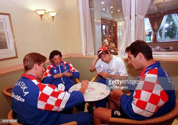 CRO Im Barnsdale Country Club entspannen sich kroatische Spieler beim Skat spielen