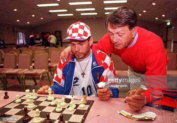 CRO Im Barnsdale Country Club entspannen sich Zvonimir BOBAN und Trainer Miroslav BLAZEVIC beim Schach spielen