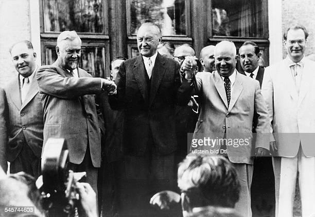 Im ehemaligen Landhaus Maxim Gorkisdas Adenauer während seines Moskaubesuchszur Verfügung gestellt wurde gab derBundeskanzler einen Empfang für...