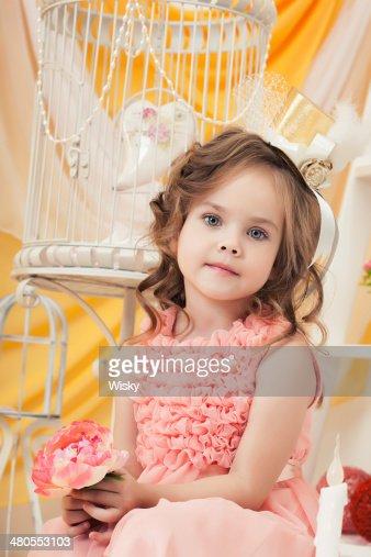 Imagen de encantadores elegante Chica posando con flor : Foto de stock