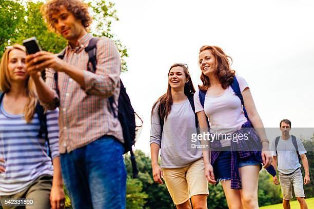 Bild von Freunden Wandern im Natur im Sommer