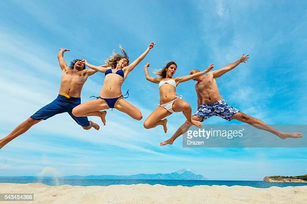 画像の幸せな人に夏のビーチでの水着