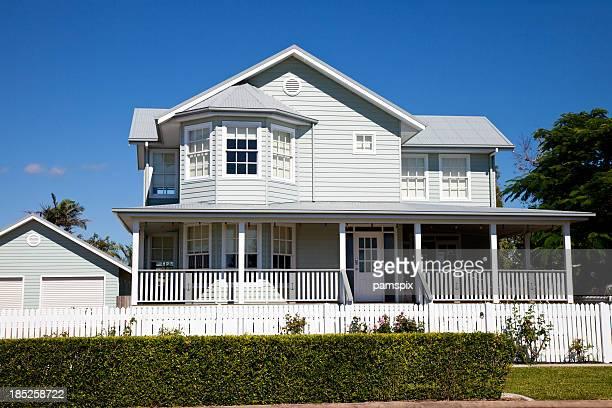 Immaculée maison coloniale avec ciel bleu