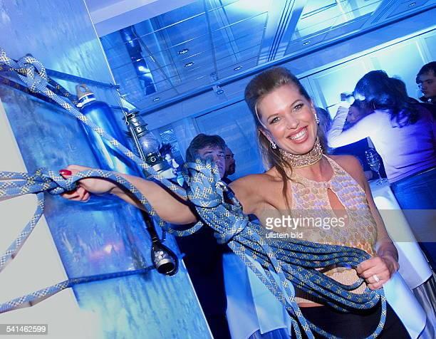 Immobilienmaklerin Model Dposiert mit einem Seil aus der Partydekoration