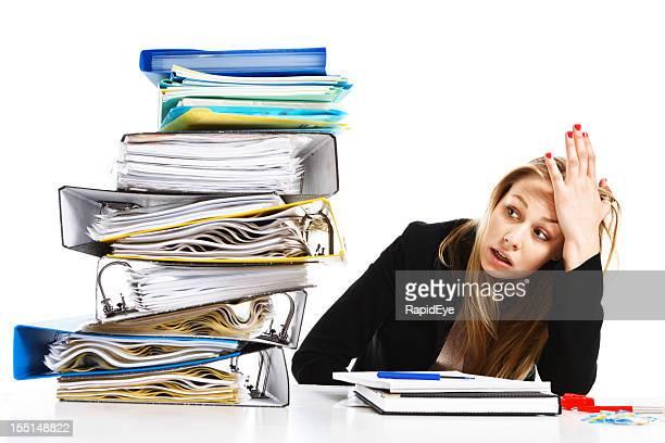 Impossible de travail overhelms jeune femme d'affaires malheureux